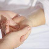 co powoduje ból nadgarstka?